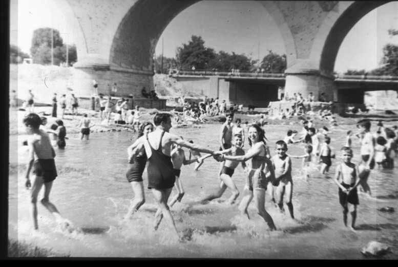 Puente de los Franceses. Bañándose y jugando al corro en el río Manzanares. G. Contreras. ARCM. 1948