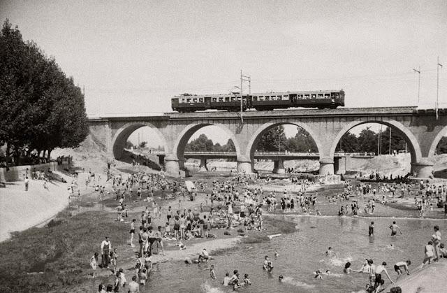 Tarde de baños en el Manzanares. Verano. 1946. Santos Yubero.