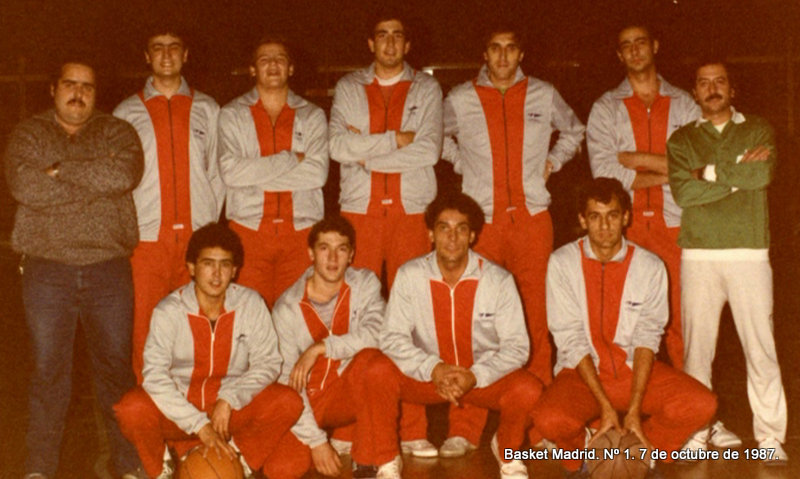 Equipo Senior del Olímpico 64. Arriba: Javier Portales (delegado), Morti, Miguel, Carlos, Vicente, ¿?, y Toñin (entrenador). Abajo: Alberto, Nicolás, Alfredo y Javier Amo.