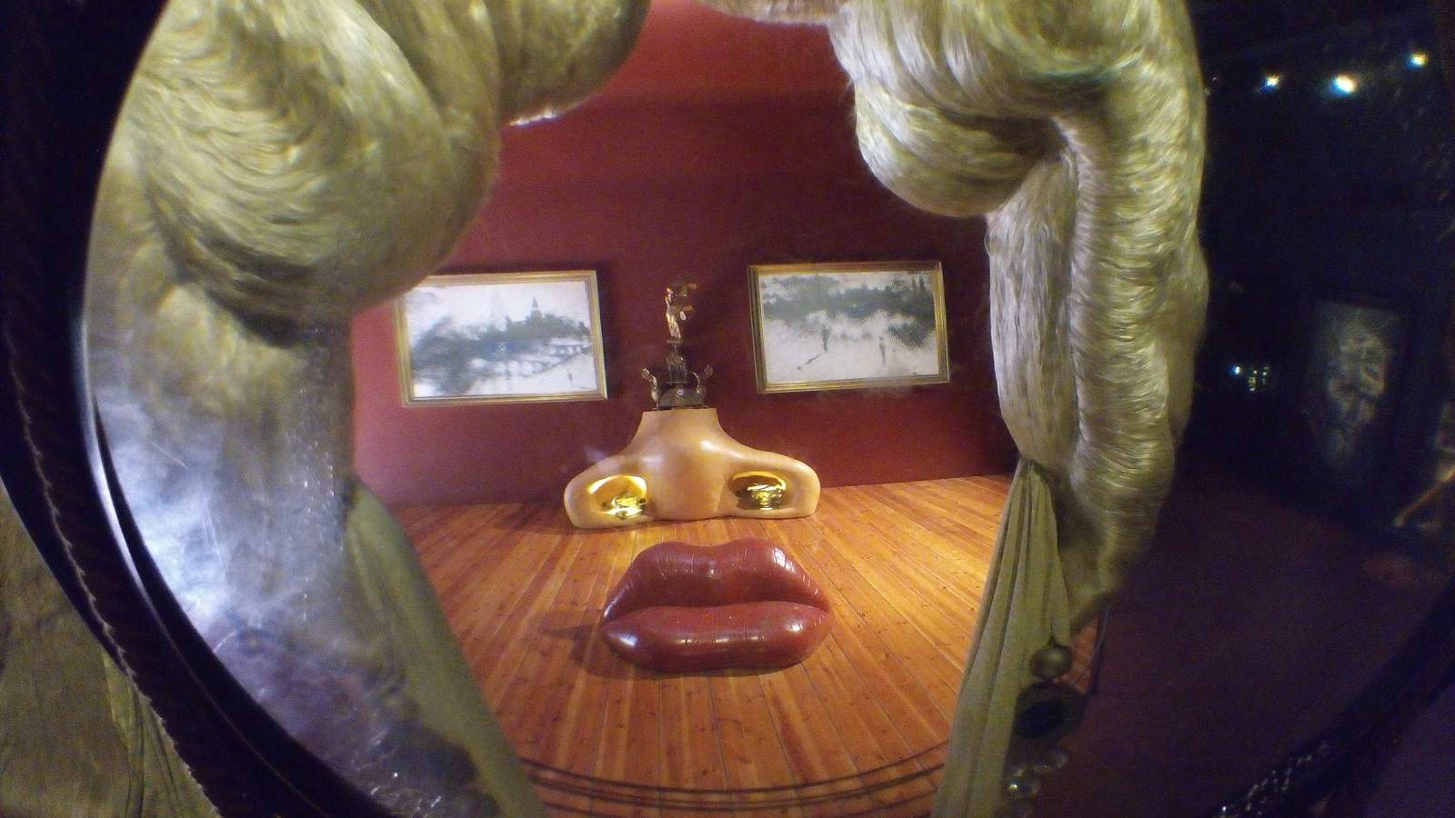 Obra de Dalí que que a través de un visor muestra la cara de Marilyn Monroe que en realidad está formada por una habitación con muebles que representan cada una de las partes de la cara (por ejemplo el sofá son los labios, la chimenea, la nariz, etc.)