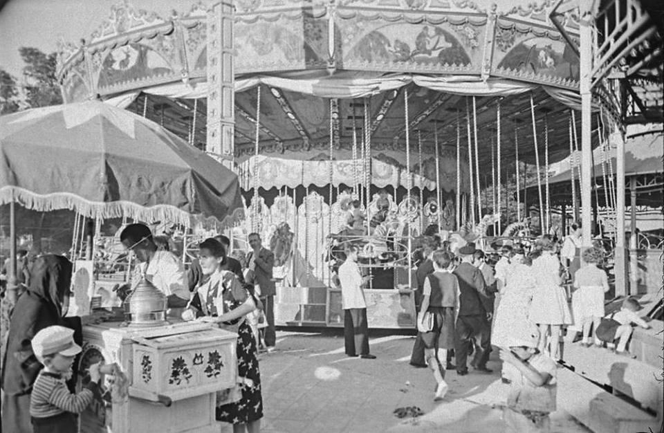 Tiovivo y puestos de helados en la verbena de San Antonio. 1944