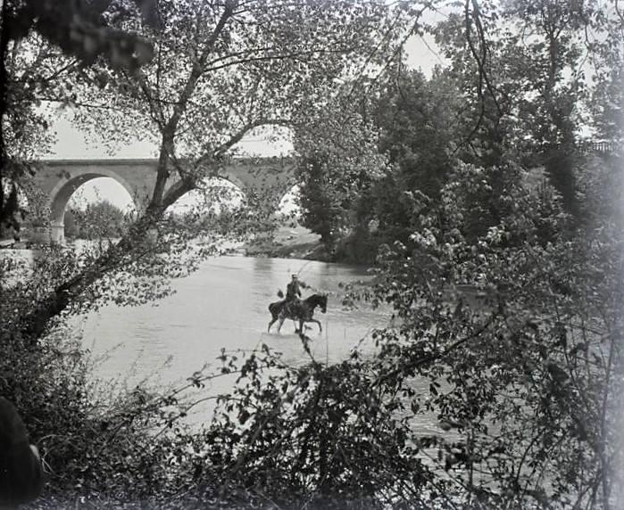 A caballo cruzando el Manzanares
