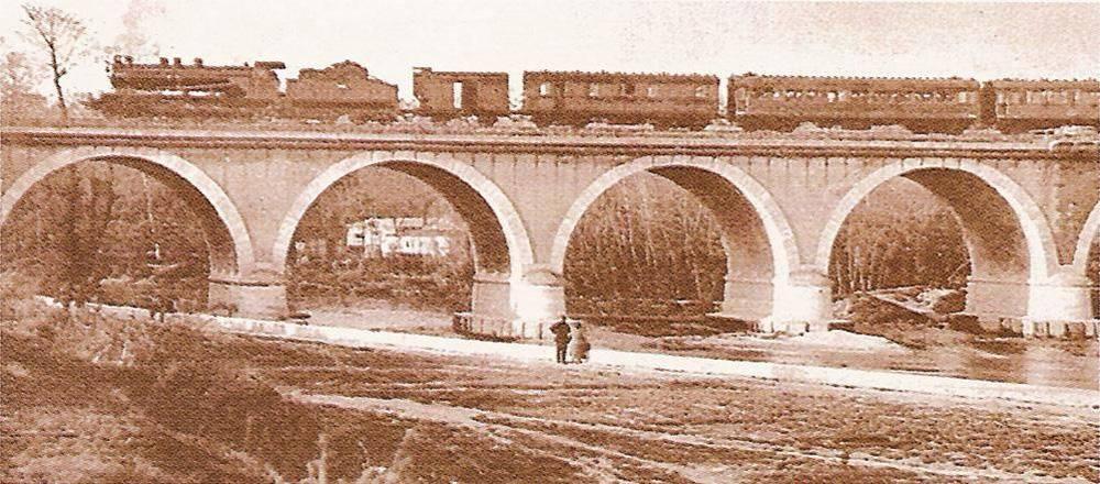 Puente de los franceses atravesado por un ferrocarril a finales del siglo XIX.