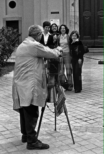 Fotógrafo en las fiestas de San Antonio de la Florida. 1977.